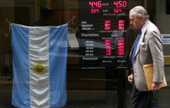 Un hombre pasa ante una casa de cambio de moneda en Buenos Aires