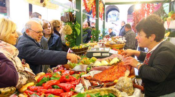 Clientes compran en el Mercado de Santo Tomás.