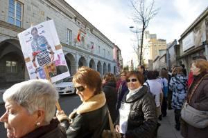 Varios colectivos, entre ellos afectados por las preferentes de Liberbank (en la imagen) y por las sentencias de derribo, durante una manifestación en Santander. EFEArchivo