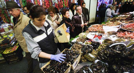 Puestos de pescado y marisco en el mercado de la Boqueria.