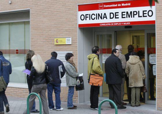 Un grupo de personas en una oficina de empleo en Madrid.