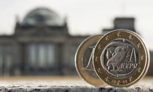 Dos monedas de euro, una de ellas acuñada en Grecia, fotografiadas delante del Bundestag en Berlín (Alemania). EFEArchivo