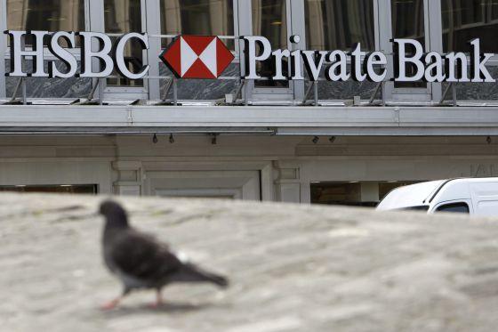 Fachada principal del edificio del Banco HSBC en la Plaza del Ródano de Ginebra, Suiza.