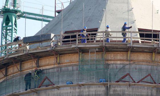 Una obra de silos de cemento.
