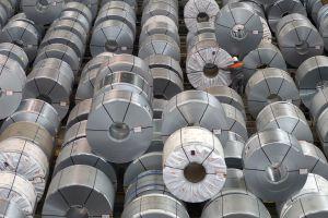Un empleado revisa rollos de chapa de acero en una fábrica del estado alemán de Baja Sajonia.