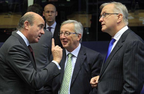 De izquierda a derecha, Luis de Guindos, Jean-Claude Juncker y Olli Rehn, durante una reunión en Luxemburgo en octubre.