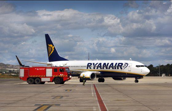 Un camión de bomberos pasa junto a un avión de Ryanair en el aeropuerto de Manises, Valencia.