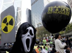 Un manifestante disfrazado participa en una protesta para pedir a las autoridades chinas que cancelen su plan de energía nuclear frente a la oficina del Gobierno Central en Hong Kong (China). EFEArchivo