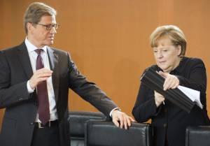 La canciller alemana, Angela Merkel (dcha), conversa con el ministro germano de Exteriores, Guido Westewelle (izq), antes del comienzo de la reunión semanal del Consejo de Ministros. EFEArchivo