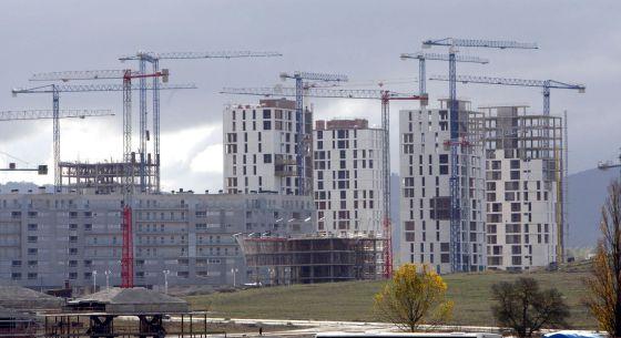 En la imagen, varios edificios de viviendas en construcción