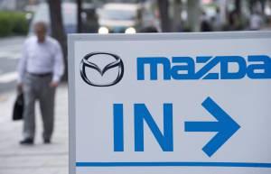 Cartel a la entrada de un concesionario del fabricante de automóviles japonés Mazda Motor en el centro de Tokio (Japón). EFEArchivo
