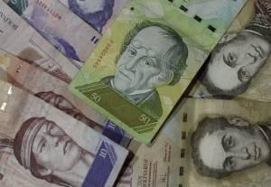 En la imagen billetes de bolívares venezolanos en Caracas (Venezuela).