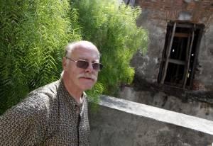 El investigador Juan Ackermann, habla durante una entrevista hoy en Montevideo (Uruguay).