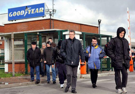 Trabajadores de Goodyear, saliendo de la fábrica de Amiens.