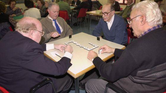 Jubilados juegan al dominó en un centro para la Tercera Edad
