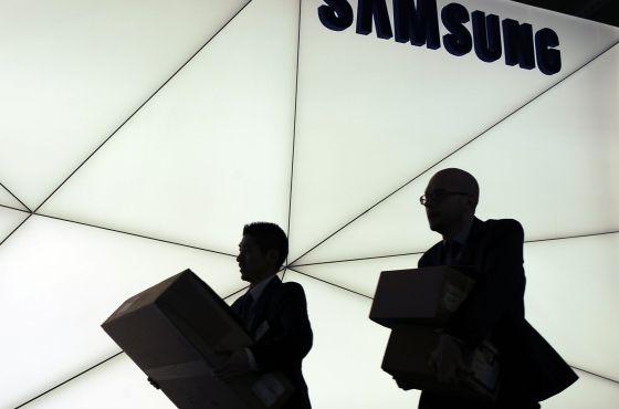 Trabajadores de Samsung en el Mobile World Congress de Barcelona.