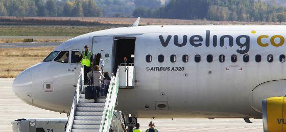 Pasajeros subiendo a un avión de Vueling