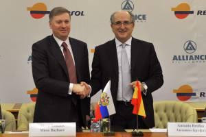 Momento de la firma en Moscú del acuerdo entre Repsol y el consorcio ruso Alliance para la exploración y producción de hidrocarburos en Rusia. En la imagen aparecen el Presidente Ejecutivo de Repsol, Antonio Brufau (d) y el Presidente de Alliance Group, Musa Bazhaev (i). EFEArchivo