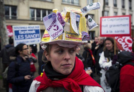 Empleados de la farmacéutica Sanofi, en una manifestación contra los despidos masivos de la empresa ante el Ministerio de Empleo en París, Francia.