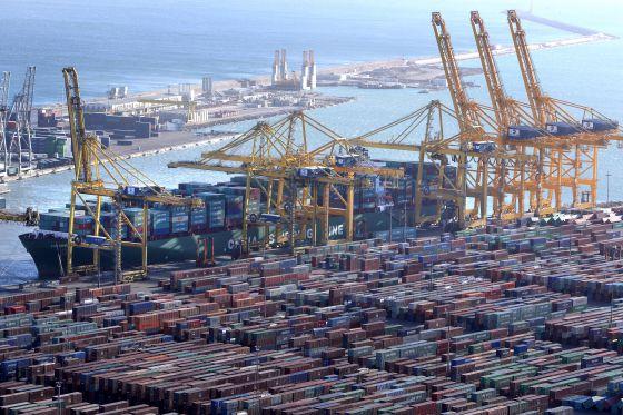 Un barco portacontenedores, en el muelle del puerto de Barcelona