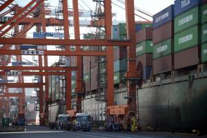 Carga de contenedores en el puerto de Tokio.