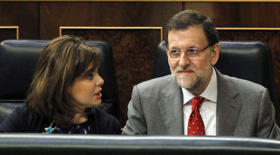 El presidente del Gobierno, Mariano Rajoy, junto a la vicepresidenta, Soraya Sáenz de Santamaría