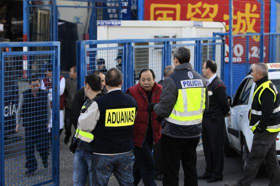 Policías y agentes de Aduanas registran el polígono de Cobo Calleja (Madrid)