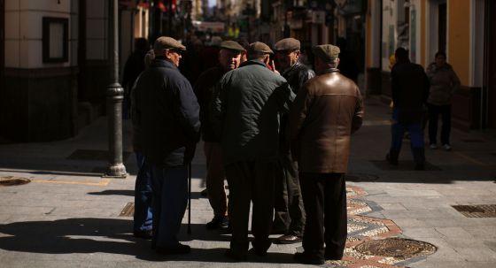Pensionistas chralando en la calle en Ronda, Malaga