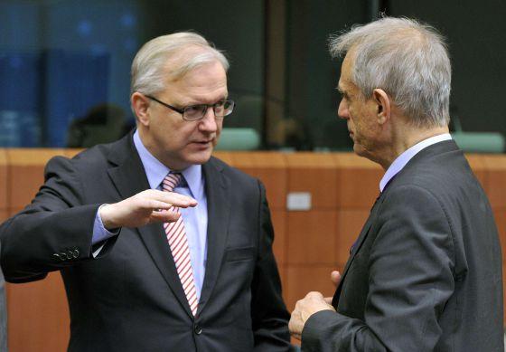 El comisario Olli Rehn, con el ministro chipriota de Finanzas.