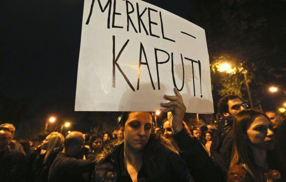 Una mujer se manifiesta con el rescate europeo en Nicosia