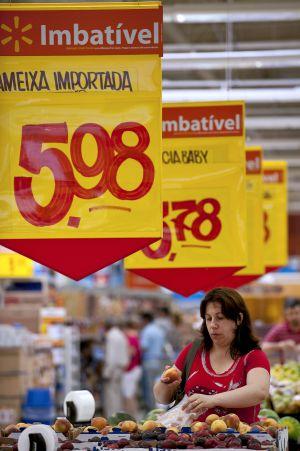 Una mujer hace la compra en un centro de Wall-Mart en São Paulo.