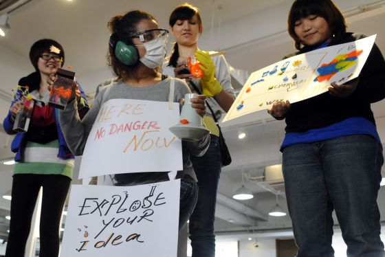 Alumnos de Mondragon participan en una tormenta de ideas en Shanghái.