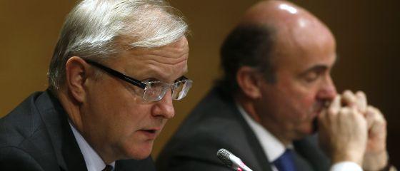 Olli Rehn, junto a Luís de Guindos, ayer en rueda de prensa en Madrid.