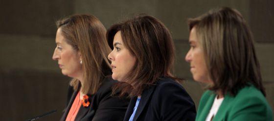 La vicepresidenta del Gobierno, Soraya Sáenz de Santamaría (centro) y las ministras de Sanidad, Ana Mato (derecha) y Fomento, Ana Pastor, durante la rueda de prensa tras la reunión del Consejo de Ministros