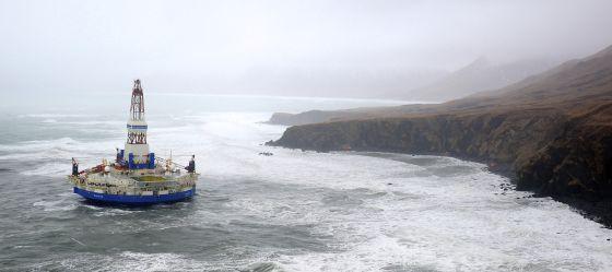 Una plataforma petrolífera, varada junto a la isla de Sitkalidak, en Alaska.