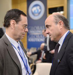 Guindos habla con Jaime Caruana, director del Banco Internacional de Pagos, durante la asamblea del FMI.