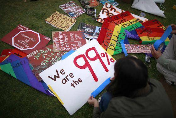 Manifestantes del movimiento Ocupa Wall Street en mayo de 2012 en Santa Mónica.