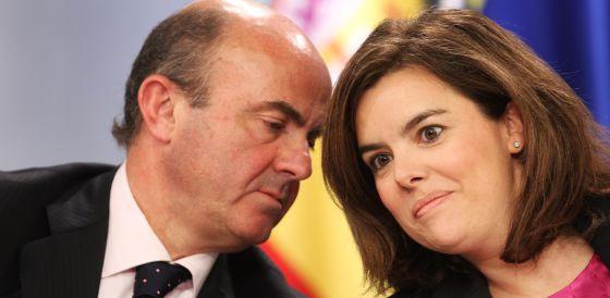 La vicepresidenta, Soraya Sáenz de Santarmaría, junto al ministro de Economía, Luis de Guindos.