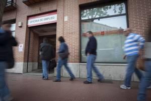 Un grupo de personas hace cola en una oficina del INEM en Madrid. EFEArchivo