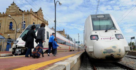 Trenes de media distancia de Renfe en la estación de Huelva