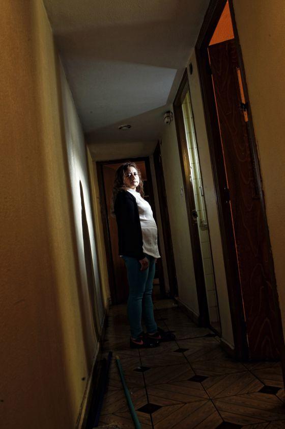 Rocío Edilma Sánchez, en el piso que compró y que ha pasado a la Sareb.