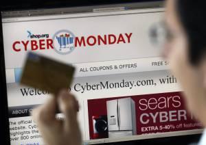 """Un hombre posa con una tarjeta de crédito frente a un ordenador, durante el """"ciberlunes"""" con ofertas en diversas tiendas online. EFEArchivo"""