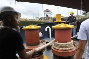 Un grupo de trabajadores transita en la esclusa de Miraflores en el Canal de Panamá. EFEArchivo