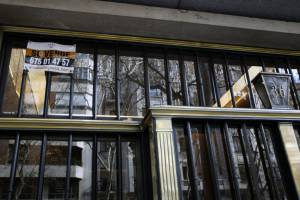 Cartel de venta en el portal de una vivienda de Madrid. EFEArchivo