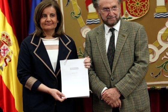 La ministra de Empleo, Fátima Báñez, recoge el informe del grupo de experto el pasado viernes
