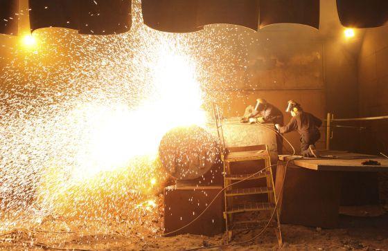 Trabajadores en una planta siderúrgica de Sheffield (Reino Unido)