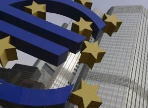Vista del logotipo del euro frente a la sede del Banco Central Europeo (BCE) en Fráncfort del Meno, Alemania. EFEArchivo