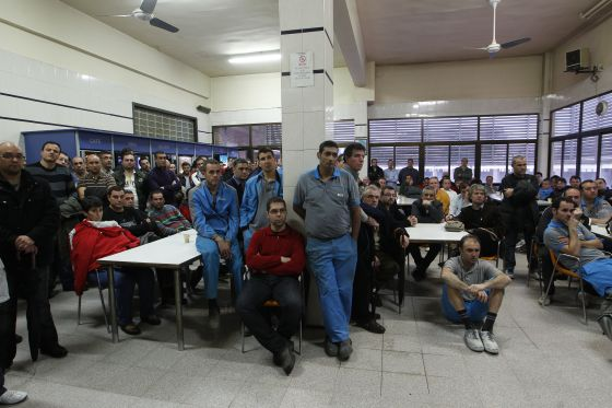 Trabajadores de Roca reunidos en asamblea.