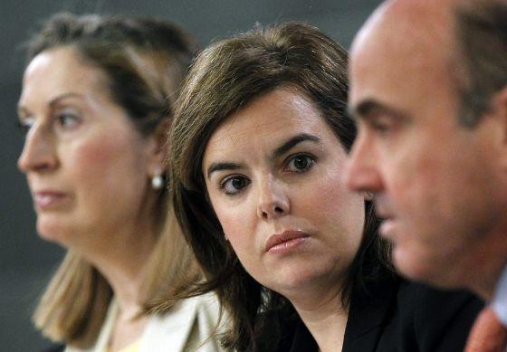 La vicepresidenta del Gobierno, Soraya Sáenz de Santamaría (centro); la ministra de Fomento, Ana Pastor, y el ministro de Economía y Competitividad, Luis de Guindos