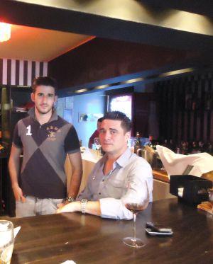 El español nacionalizado panameño Toni Núñez tiene un restaurante en la capital panameña, donde vive con su hijo Antonio, también español.